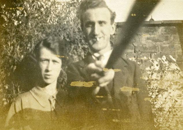 Arnold and Helen Hogg avec un selfie stick maison - 1926
