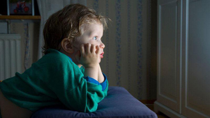Enfant devant la télé
